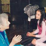 На снимке: молодые волонтеры  берут интервью у  участницы  проекта. Истории из ее детства тоже будут  инсценироваться.
