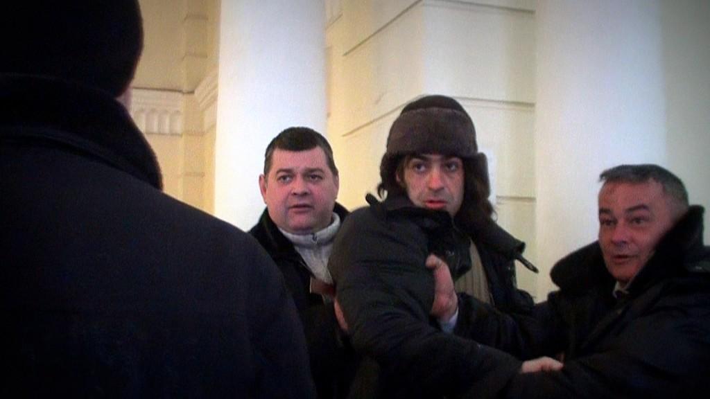 """Завсегдатай ростовских КПЗ активист """" Другой России"""" Павел Нагибин  пришел в ростовскую мэрию  подавать заявку на митинг. Охранники порвали его пропуск в мэрию и  вышвырнули на улицу."""