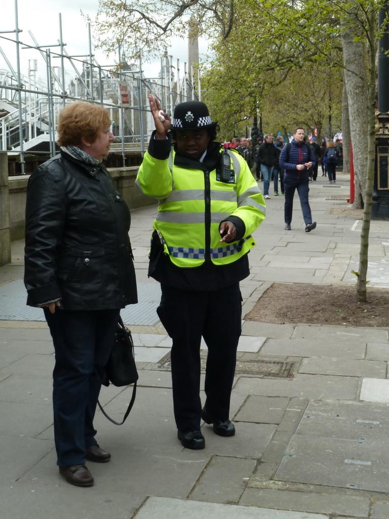 Сотрудница лондонской полиции указала нам правильный путь.