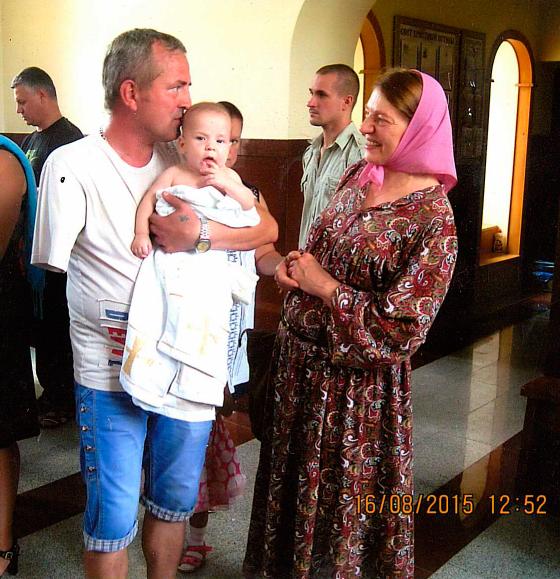 инвалид 3 группы Василий Калмыков всё делал одной рукой, так и дочку в церкви крестил. Фото из семейного альбома.