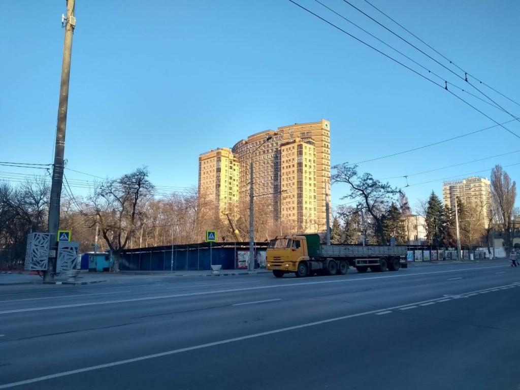 Парк строителей: за забором строится ещё один дом- гигант